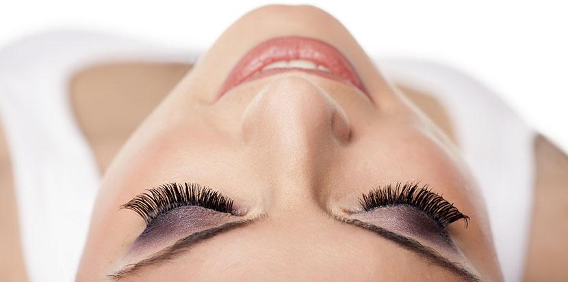 Avec l'extension de sourcils, donnez de la profondeur à votre regard